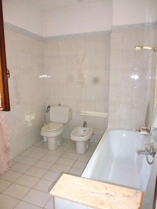 Sala da bagno di marmo con vasca di bagno