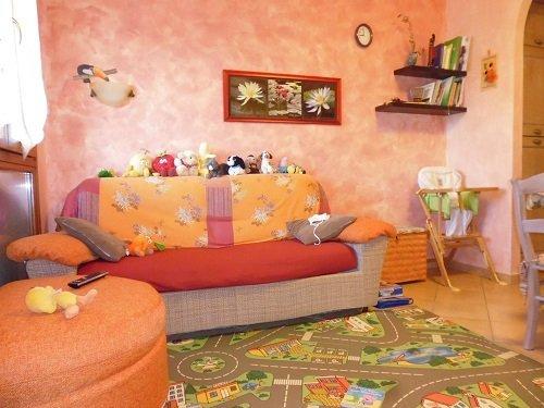 Camera per bambini , ha un sofá e giocattoli da tutte le parti