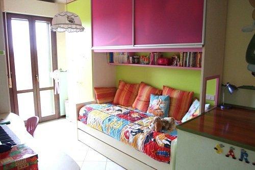 Camera da letto giovanile con tavola di studio e tastiera