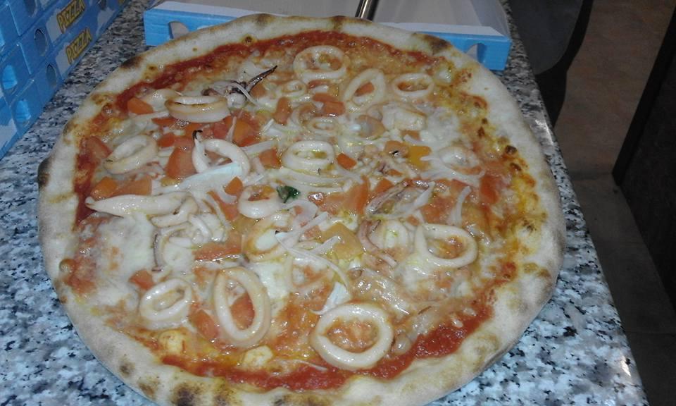 Pizza di calamaro fresco e pomodoro con aglio