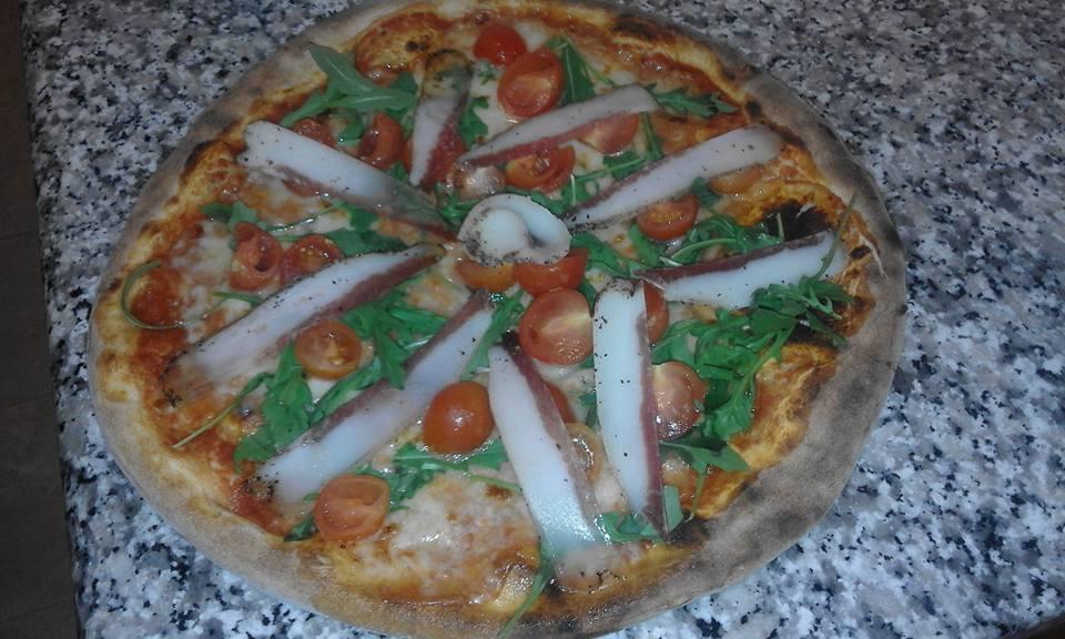 Pizza di speck,rucola e pomodoro