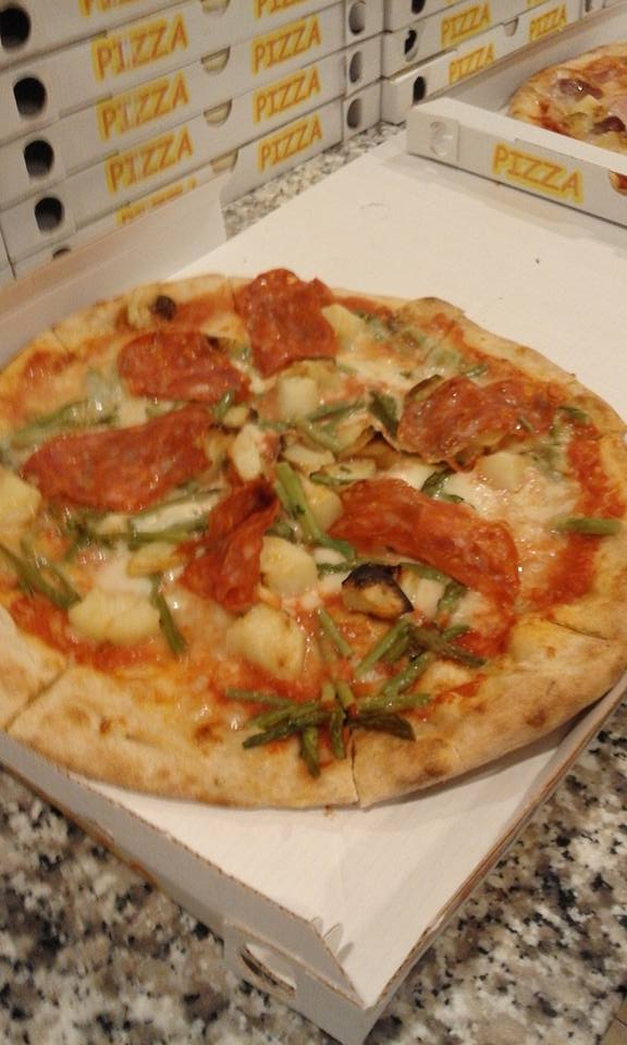 Pizza con asparagi verdi,pomodoro,pepperoni e gorgonzola