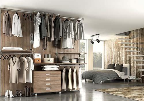 una camera con un letto matrimoniale e guardaroba  senza ante