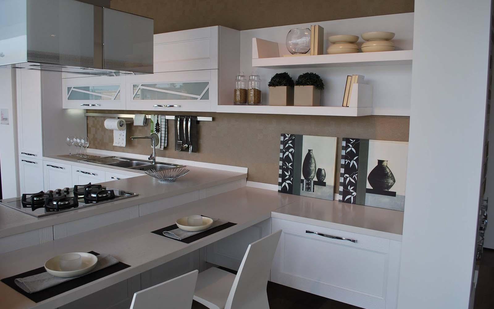 una cucina angolare con doppi lavandini e una cappa moderna