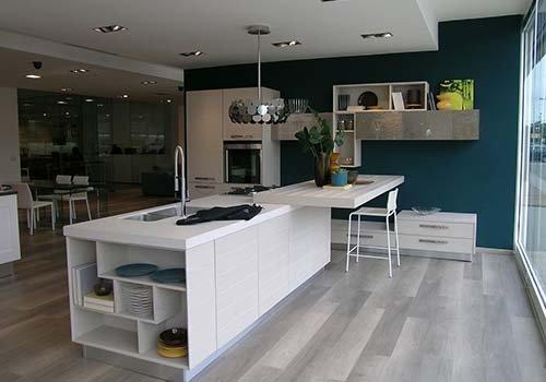 una cucina open space di color bianco e beige