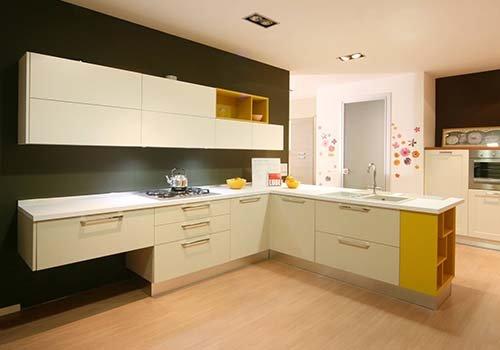 una cucina ad angolo di color bianco e giallo