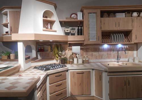 una cucina in legno chiaro con delle luci LED