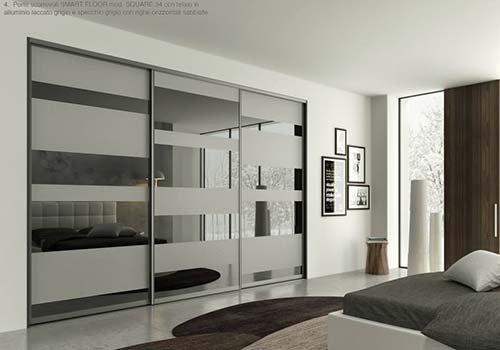 un armadio con delle ante scorrevoli con effetto specchio