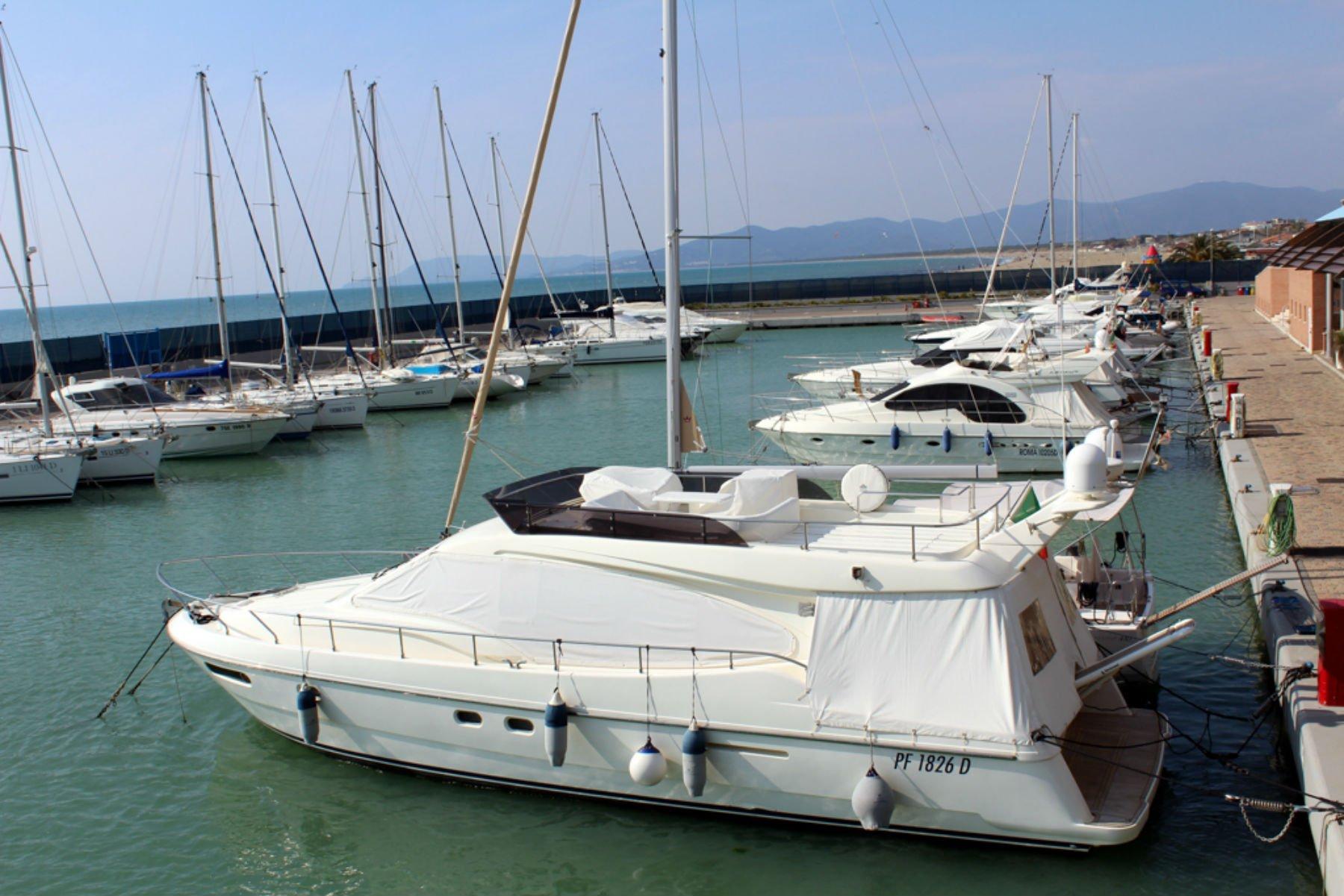 un porto con delle barche ormeggiate