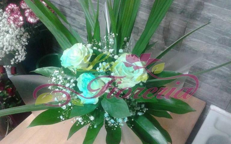 Composizioni floreali con rose colorate