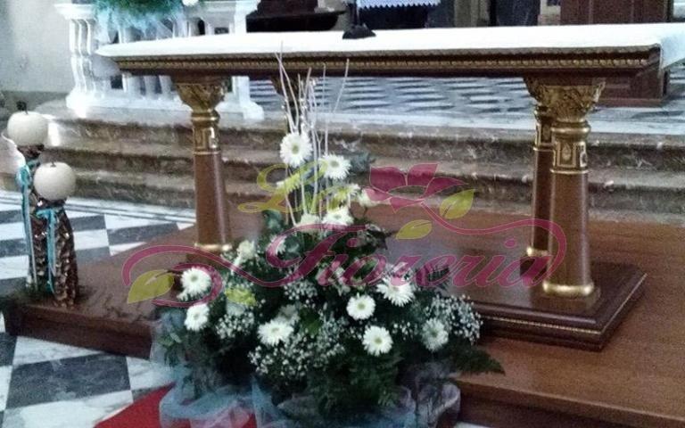 Composizione floreale per la chiesa