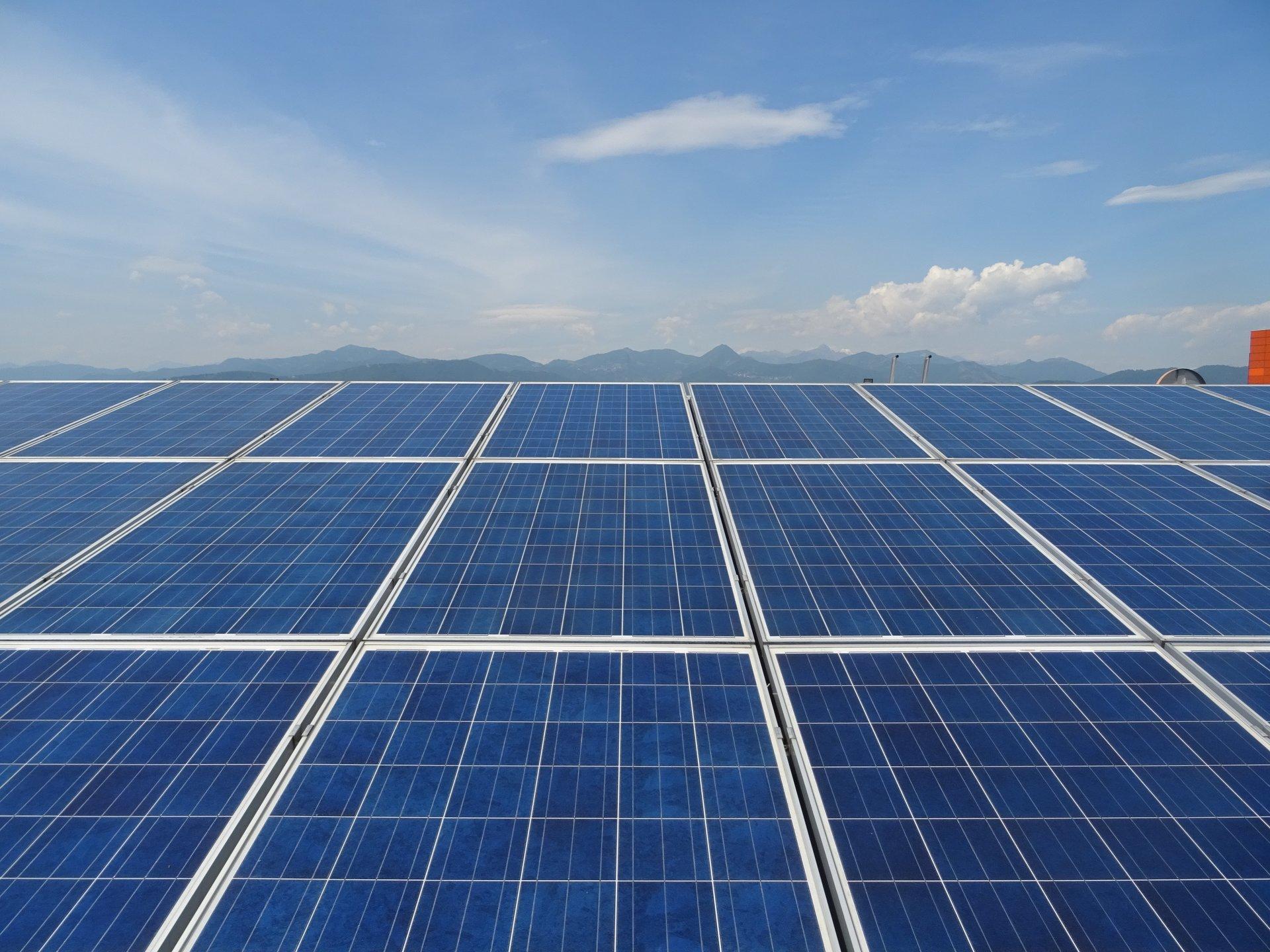 Inquadratura frontale di pannelli fotovoltaici blu su un tetto