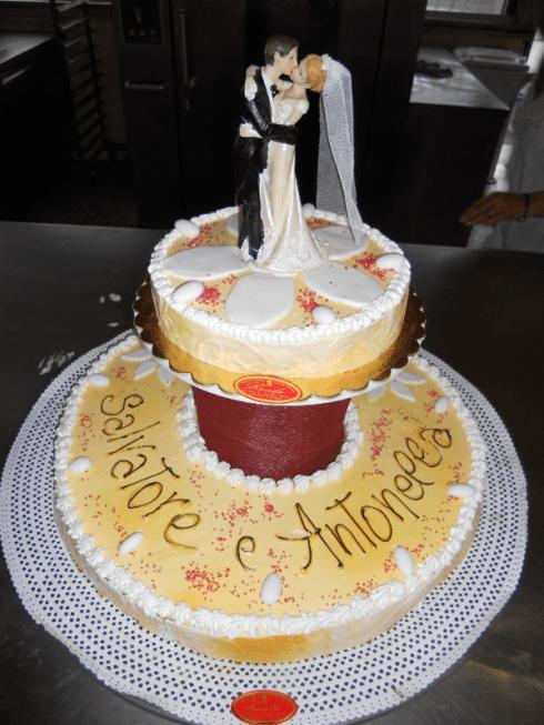 State pensando alla torta nuziale ideale per il vostro matrimonio? Fatela realizzare dalla pasticceria Reale.