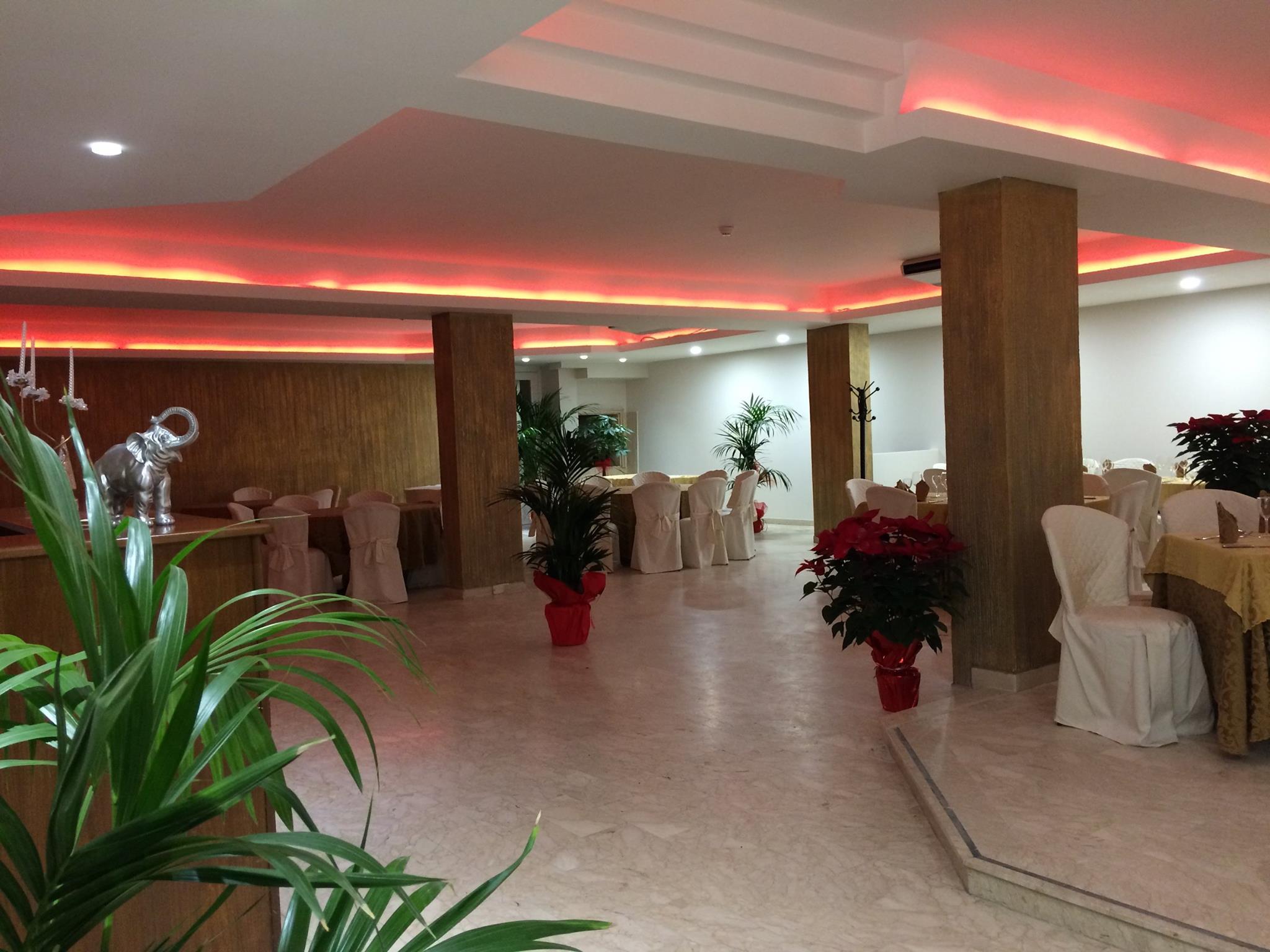 ampio corridoio di ristorante