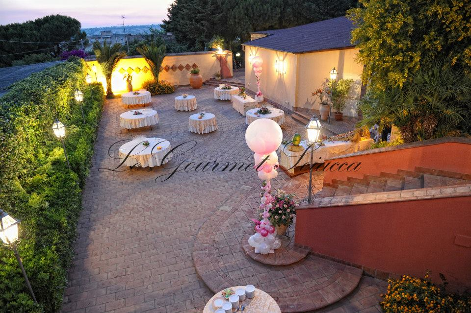 giardino con tavoli per clienti di ristorante