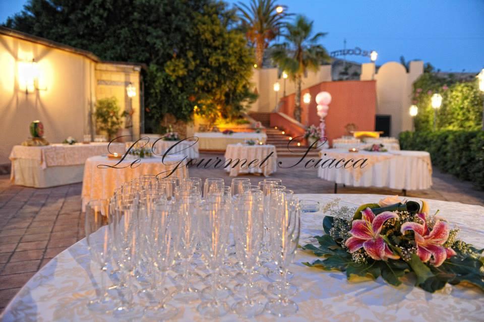 tavolo con flutte per brindisi per gli sposi