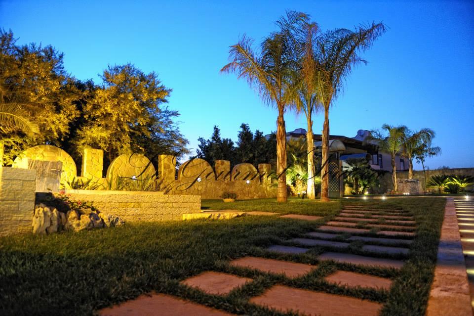 sentierno in pietra in giardino di ristorante