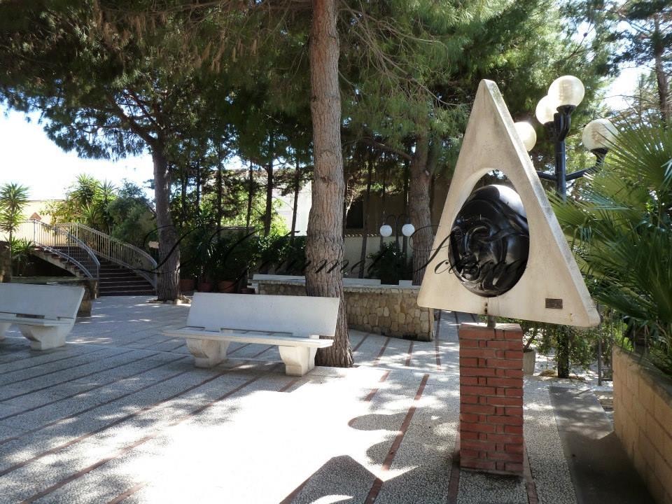 giardino con statua d'artista