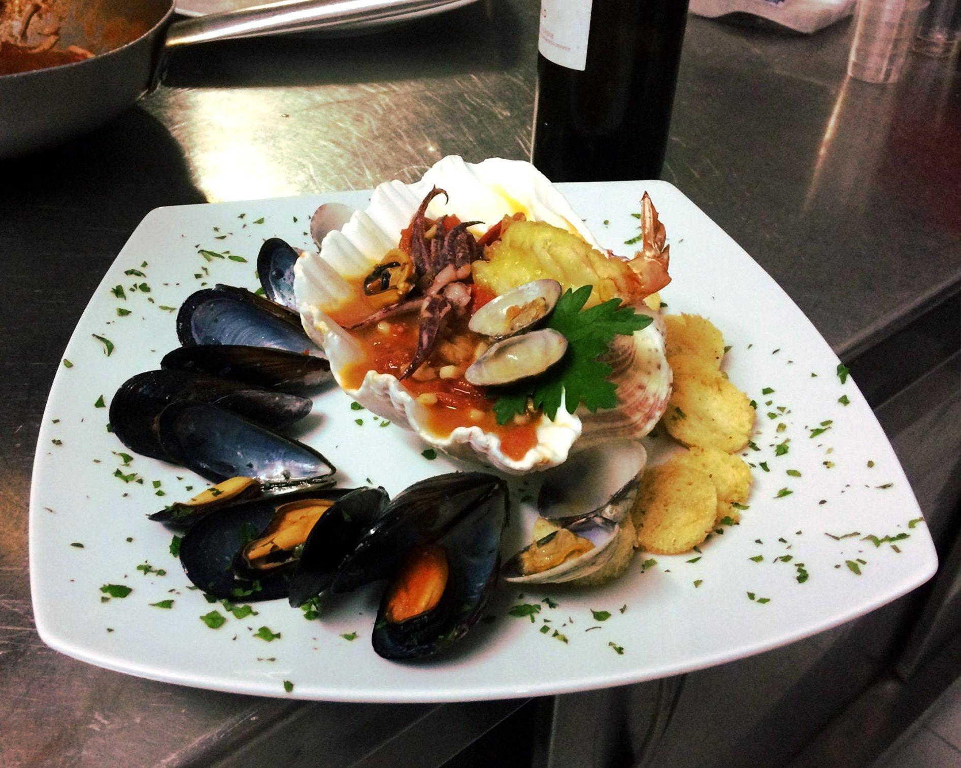 piatto composto da cozze e frutti di mare