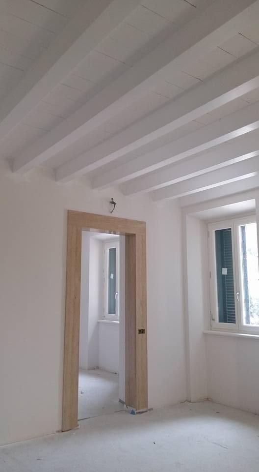 Tinteggiatura con finitura a smalto e rifinitura soffitto legno verniciato con effetto stuccato e spugnato di a.jpeg