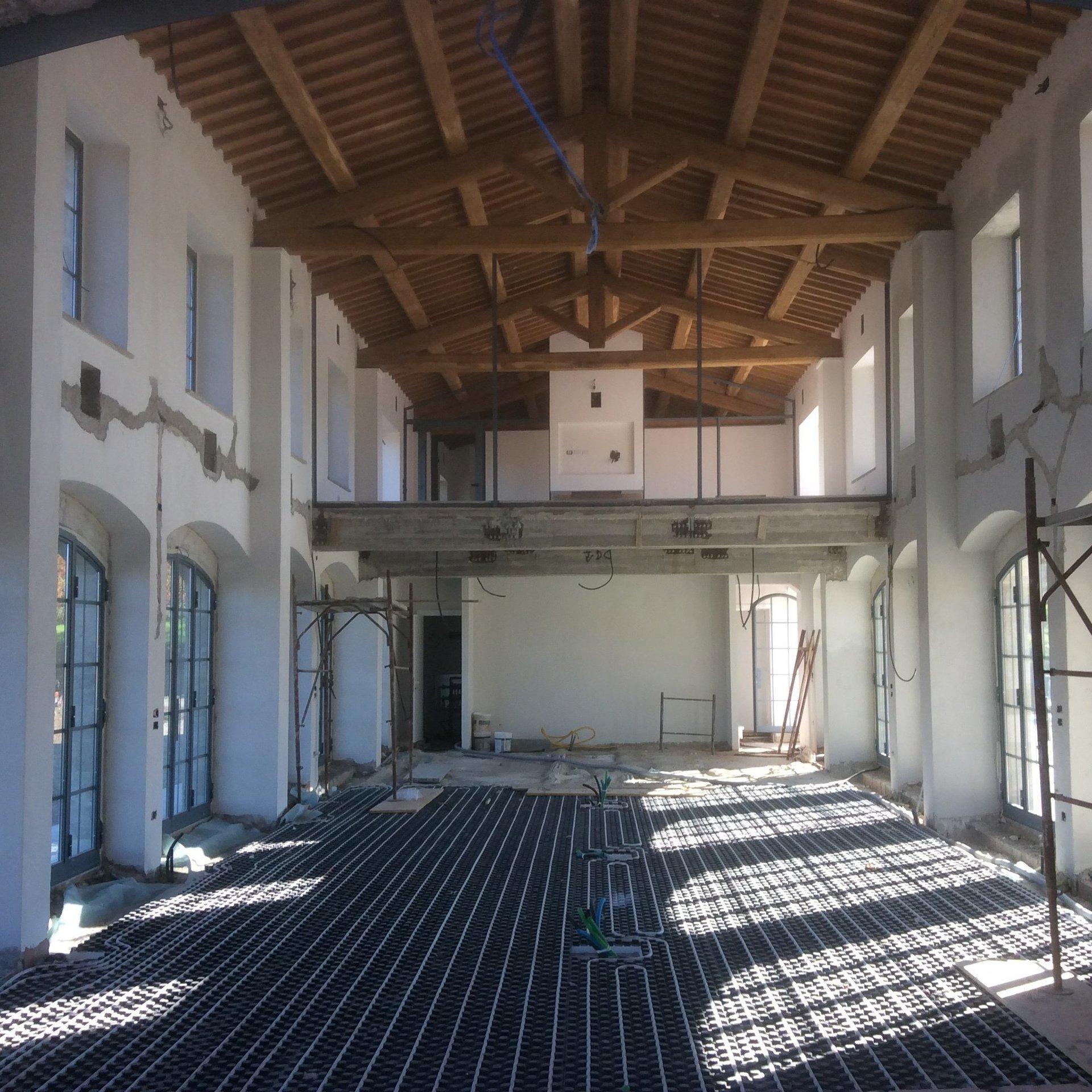 Grande stanza con tetto in travi di legno