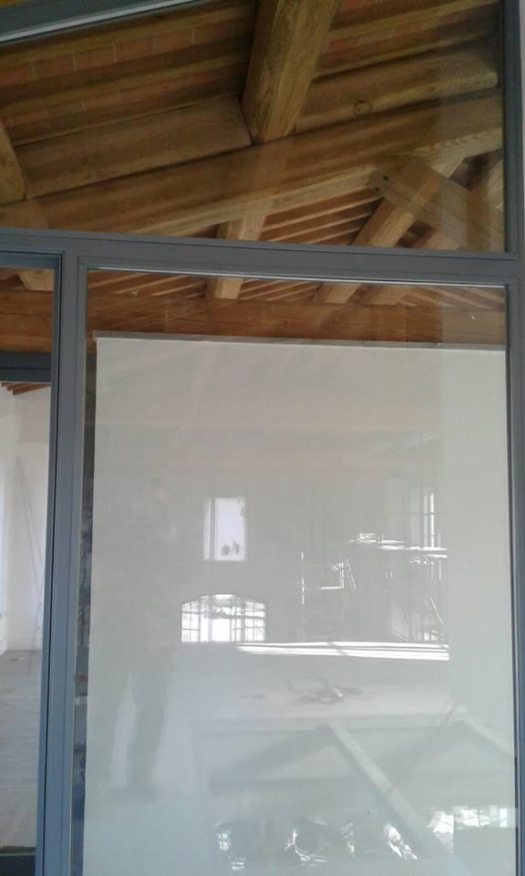 Porta in vetro con tetto in legno a vista