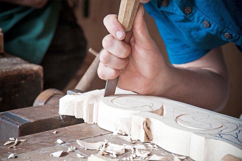 artigiano lavora il legno a palermo