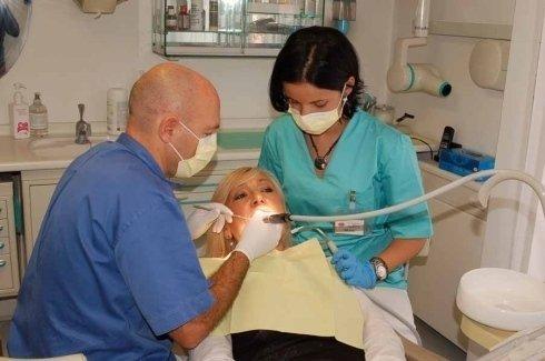 odontoriatri durante operazione chirurgica