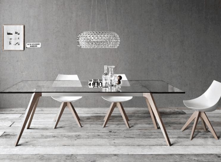 tavolo in legno con base di cristallo