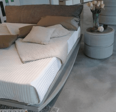 camera da letto con comodini tondi