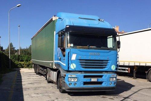 Grosso camion IVECO blu perfetto per un trasloco