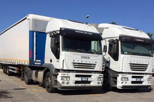 Grosso camion IVECO perfetto per trasporto merci