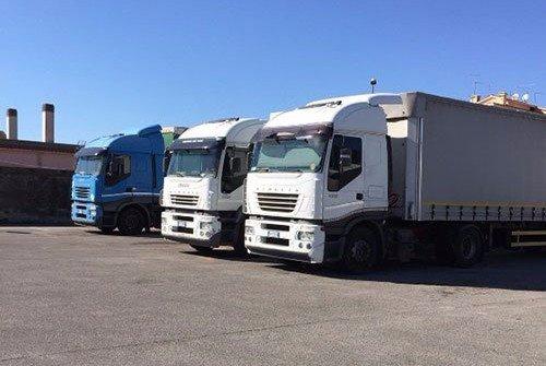 Tre camion per traslochi e noleggio