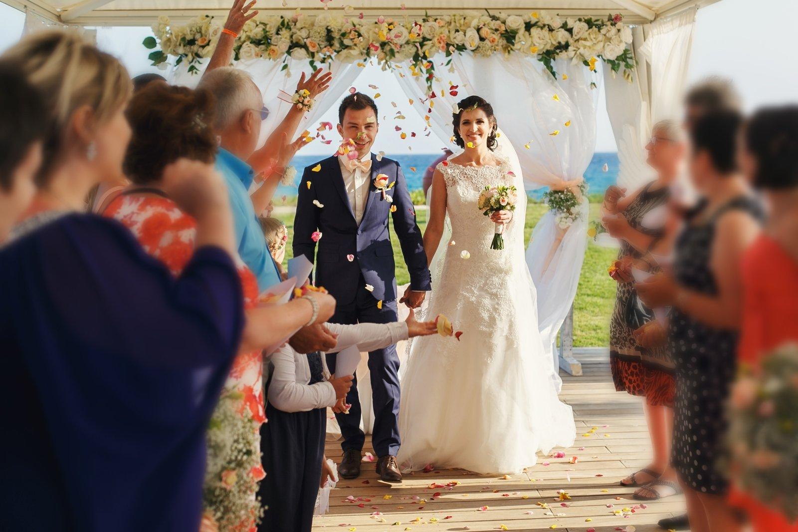 Novelli sposi, il mare , pioggia di petali di fiori