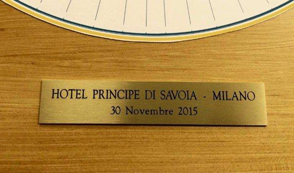 una targhetta con scritto Hotel Principe di Savoia Milano
