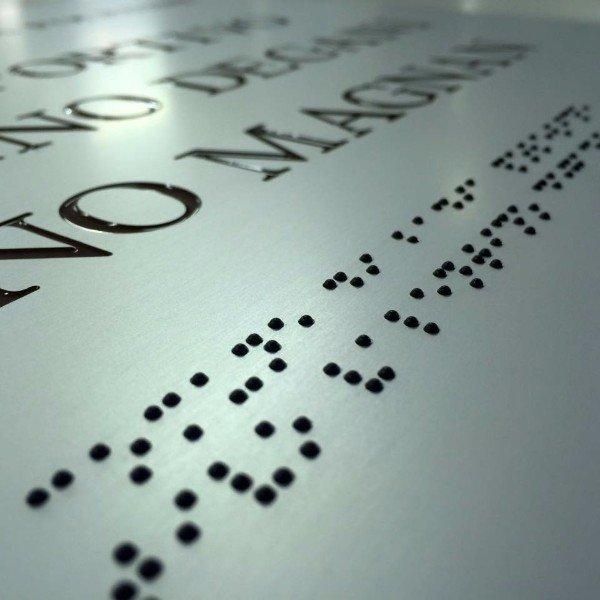 una targa in braille