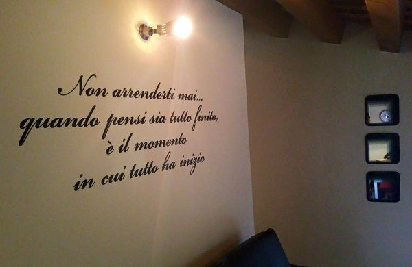 un muro con una scritta