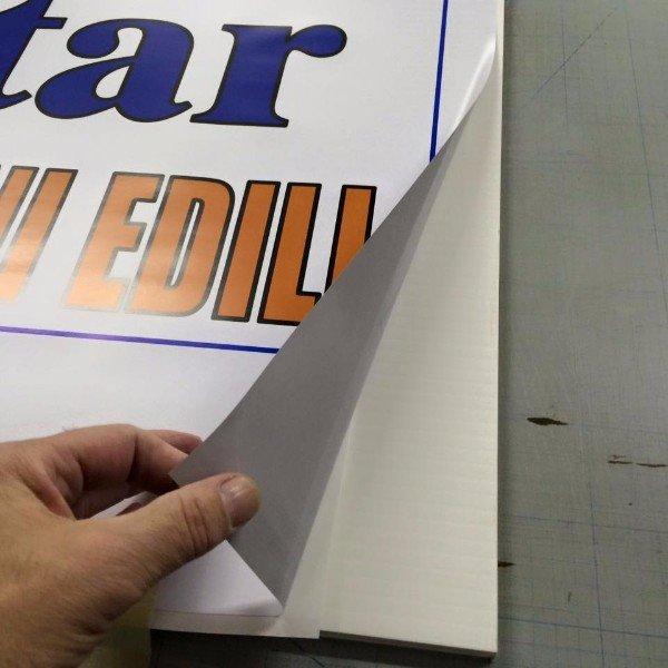 a dei fogli stampati con scritto Deoxidizing Solution