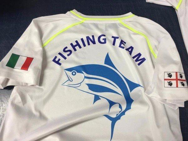 una maglietta con un pesce