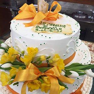 una torta di panna con un fiocco arancione