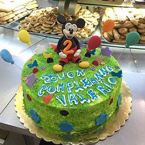 una torta verde con Topolino con scritto Buon Compleanno Valerio
