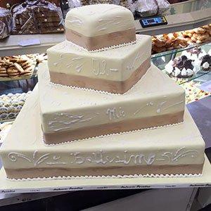 una torta di glassa a piani rettangolari