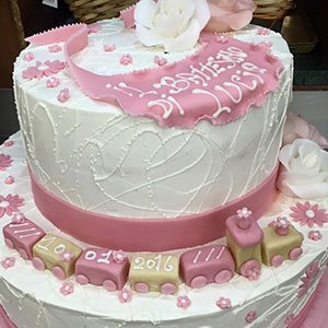 una torta di panna bianca e rosa