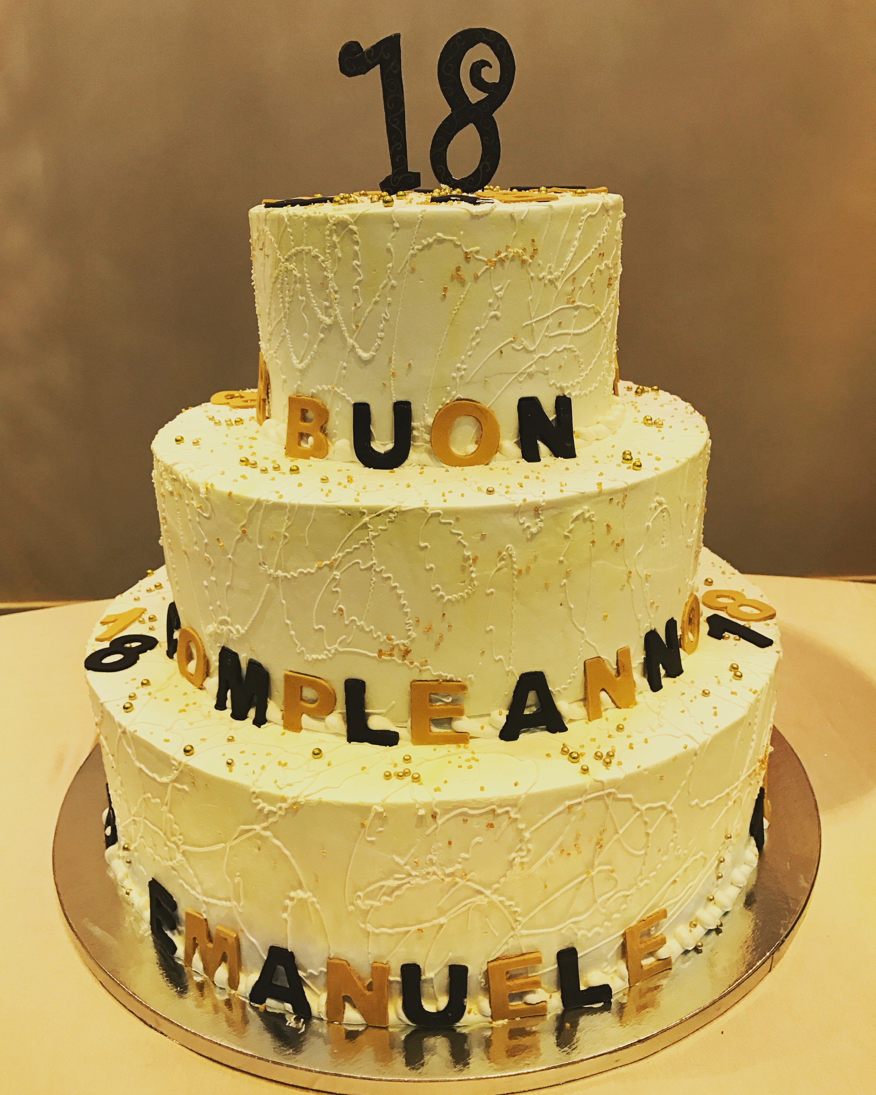 una torta a tre piani con scritto Buon