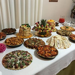 dei piatti speciali in un buffet