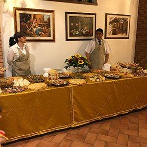 due camerieri dietro a un tavolo di un buffet