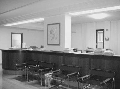 Vista in bianco e nero di un ufficio pubblico