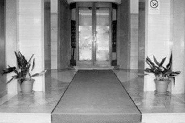 Entrata di marmo , edificio tranquillo ,sobrio