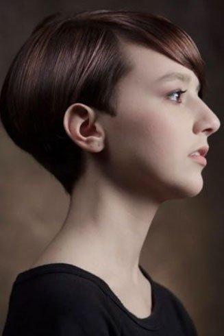 una ragazza con capelli lisci corti