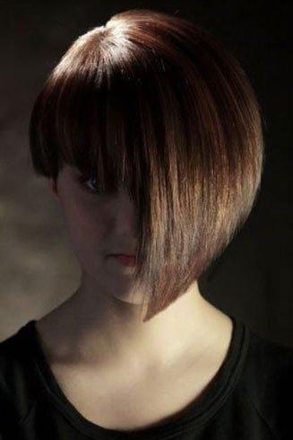 una ragazza con i capelli marroni da un lato corti e dall'altro lunghi